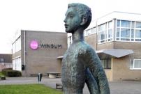 Jongen met hamer in Winsum