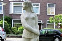 Meisje in mini-jurk in Groningen